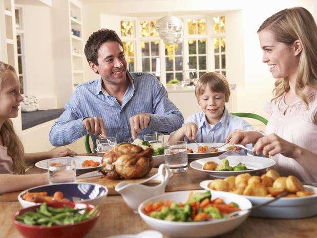 Los niños que tienen el hábito de comer con la familia consumen, en promedio, 125g más de frutas y verduras. Foto: Getty Images