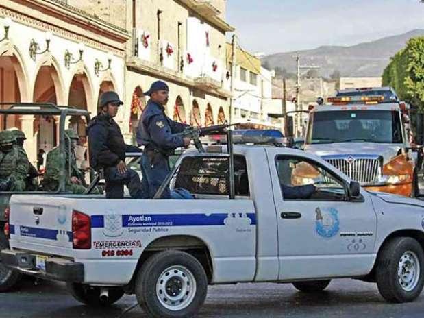 Fuerzas de seguridad patrullaron calles de Ayotlán tras el ataque que civiles armados perpetraron el 23 de diciembre pasado contra policías locales. Foto: Reforma