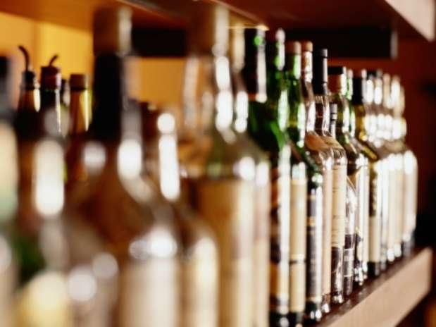 Las botellas fueron aseguradas en el marco de la vigilancia sanitaria que se realizó en contra del comercio ilegal. Foto: Getty Images.