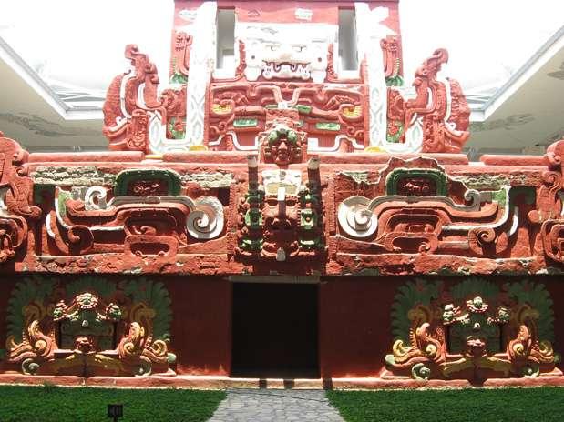 El Templo de Rosalila: Es un templo de la civilización maya, construido en el año 571 d. C. De 14 metros de altura, se encuentra debajo de la pirámide 16 del complejo arqueológico maya de Copán, en Honduras. Su nombre hace referencia al color rosado de piedra sobre la que se tallaron sus datos. Foto: Divulgação