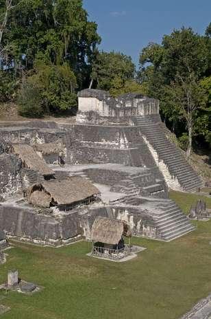 """El Templo de las Máscaras: También llamado \""""Templo de la Luna\"""" o \""""Templo II\"""", es un templo funerario-ceremonial construido en el 700 d.C. por la civilización maya. Situada en la región de Petén, Guatemala. Esta pirámide alcanza los 38 metros de altura, tiene cuatro terrazas y está rodeado de numerosas máscaras funerarias talladas en piedra. Foto: Shutterstock"""