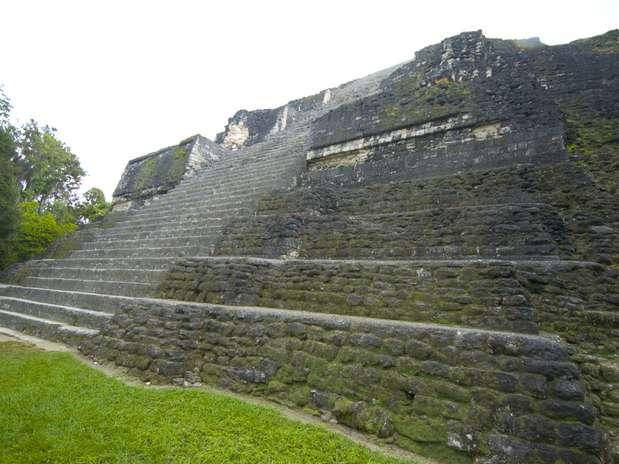 El Templo de la Serpiente Bicéfala: También llamado Templo IV, es un templo funerario-ceremonial construido en el 470 d.C. por la civilización maya. Está situada en la región de Petén, Guatemala. Mide 64 metros de altura. Foto: Shutterstock