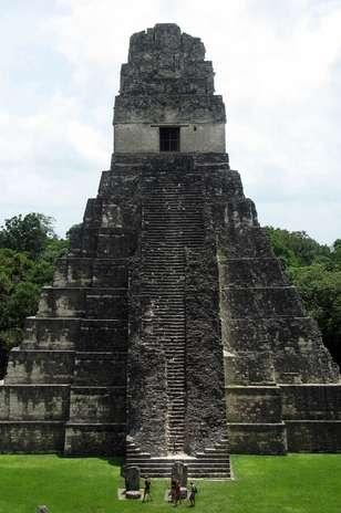 """El Templo del Gran Sacerdote: También llamado \""""Templo III\"""", es un templo funerario-ceremonial, que fue construido en el año 810 d.C. por la civilización maya, siendo una edificación que forma parte de la ciudad más grande del período maya clásico-tardío: Tikal, situada actualmente en la región de Petén, Guatemala. Foto: Shutterstock"""
