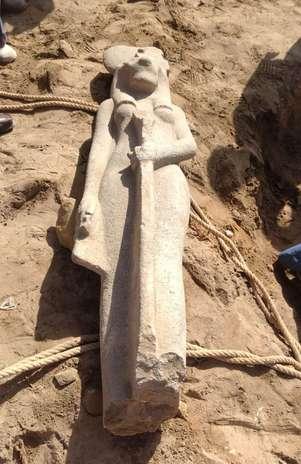 Fotografía facilitada por el Ministerio de Antigüedades de la estatua de granito de la diosa Sejmet, perteneciente a la época del faraón Amenhotep III (1390-1352 a.C.), que las autoridades egipcias han descubierto en la ciudad monumental de Luxor, a unos 700 kilómetros al sur de El Cairo. Foto: EFE en español