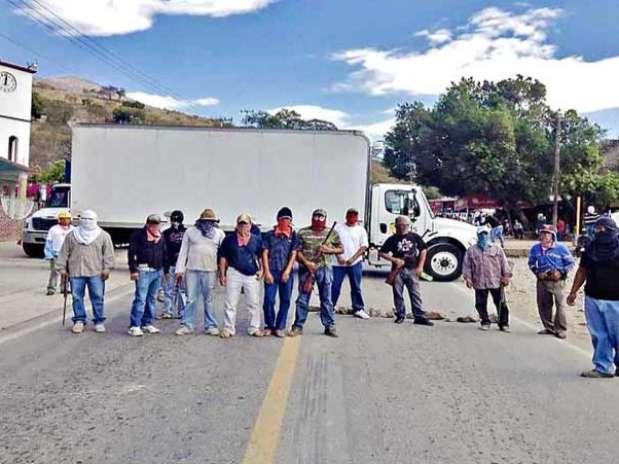 Usuarios de Facebook subieron imágenes del retén instalado ayer por hombres armados en la carretera federal Iguala-Teloloapan. Foto: Tomada de Internet