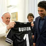 Juventus meets Pope Francis; gives jersey & trophy (photos). Photo: juventus.com