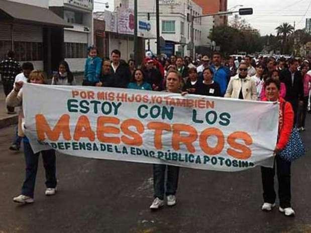 En SLP, un centenar de maestros marcharon para demostrar su descontento con la reforma. Foto: Reforma