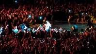 Un fan arrastra a Beyonc� fuera del escenario