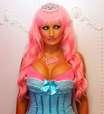 Parecida com a Barbie, jovem enfrenta preconceito; veja foto