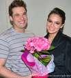 Antes de dançar, Marquezine ganha flores do professor