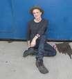 Vocalista do Travis descansa no chão após show enérgico