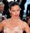 Adriana Lima vira garota-propaganda de marca de maquiagem