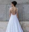 Carioca mostra seus vestidos de noiva pelas ruas de Madri