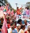 Dilma foca em saúde e critica Aécio durante caminhada em MG