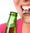 Dientes como herramienta: un hábito que daña la sonrisa