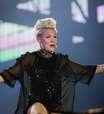 Pink repete coreografia e celebra pedido de casamento