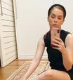 Tiara grossa é alternativa estilosa para videochamadas