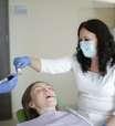 Pouca saliva causa mau hálito? Dentista tira dúvidas