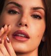 Camila Queiroz usa batom de R$ 49,90 na boca e nos olhos