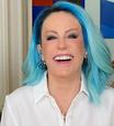Ana Maria Braga inova mais uma vez no visual com peruca azul