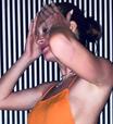 Marina Ruy Barbosa exibe decote lateral com look de R$ 757
