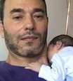 André Rizek posta foto com filho recém-nascido e brinca: 'Prova de vida'