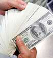 Mercado vende dólares à espera de Copom mais duro