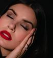Camila Queiroz ensina maquiagem inspirada em Cruella