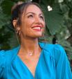 Patricia Poeta acerta com look azul e 'tênis feio'