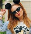 Larissa Manoela compõe look descolado com estampa do Mickey