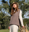 Fê Paes Leme mostra como usar 'colete do vovô' com vestido