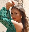 Carla Diaz usa 2 vestidos com decote ciganinha de até R$ 190