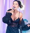 Mariana Rios veste camisola de R$ 259 para cantar em evento