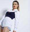 Fernanda Keulla atualiza camisa branca com sobreposição