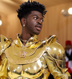 Com 3 looks, Lil Nas X vive 'conto de fadas gay' no Met Gala