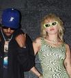 Miley Cyrus posa com produtor executivo de 'Bangerz' e instiga fãs