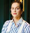 Sophia Abrahão mistura estilos com jardineira e camisa