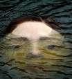 Estátua de menina se afogando causa comoção em Bilbao