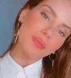 Camila Queiroz prova ar fashion de branquinho nada básico
