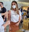 Giovanna Antonelli acerta no estilo casual para tomar vacina