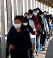 """EUA se preparam para retomar política de asilo de Trump """"Permaneça no México"""" em novembro"""