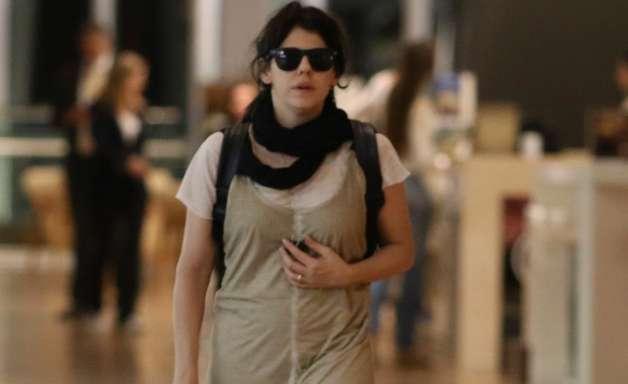 Bad look: Bárbara Paz usa macacão estilo saco de batatas