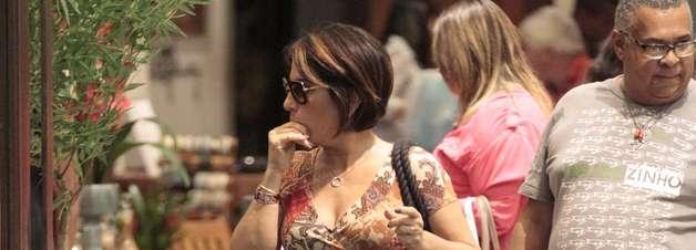 Certo ou errado? Gloria Pires aposta em decote transpassado
