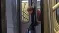 Su cabeza quedó atrapada en las puertas del metro