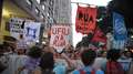 No Rio, multidão se aglomera na região central