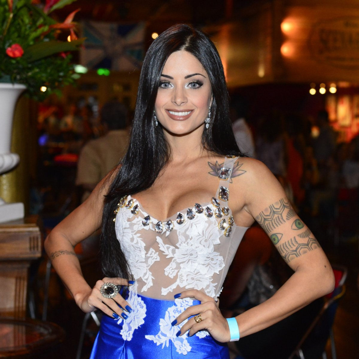 Aline Riscado Playboy com roupa ousada, aline riscado rouba cena em evento do samba