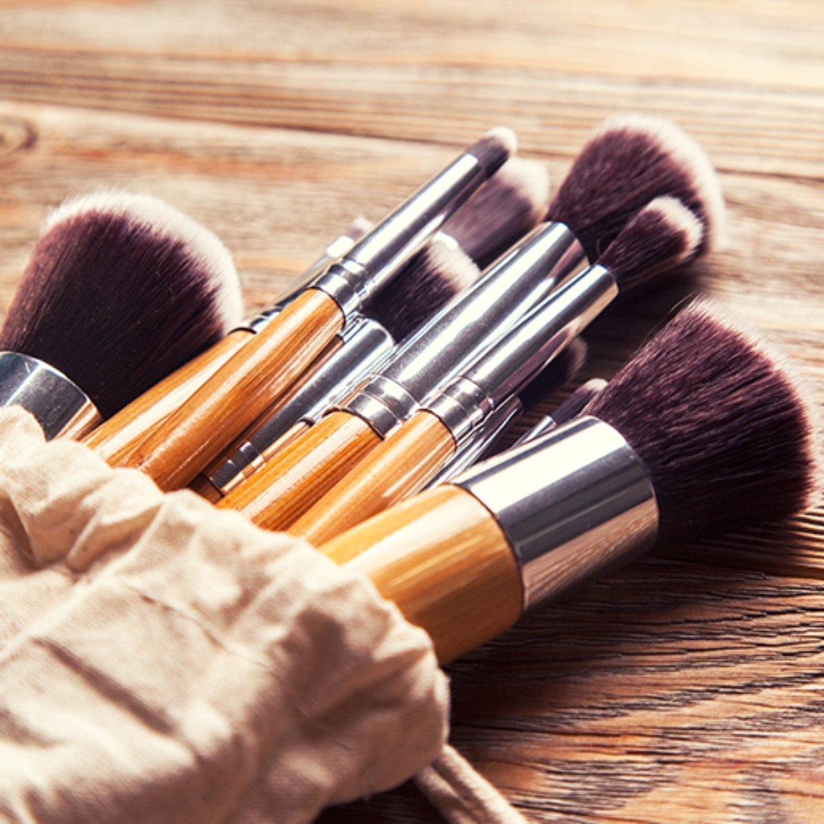 pincéis de maquiagem com cabo de madeira