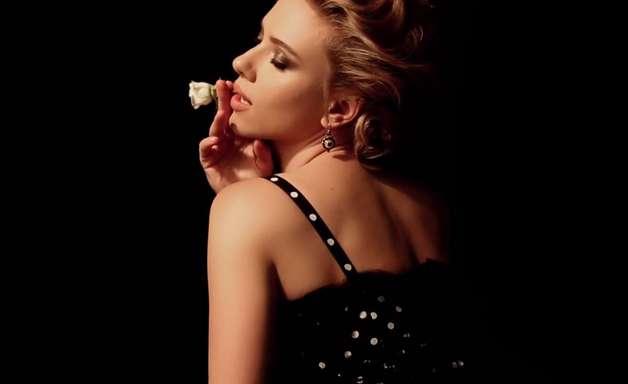 Scarlett Johansson posa para campanha de maquiagem em Paris