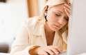 Estresse: a ansiedade desencadeia o hormônio do estresse, o cortisol, e isso pode te colocar em uma situação perigosa: o cortisol faz você suar. O suor, em si, não cheira mal, mas quando adicionado às bactérias presentes na pele, acabam resultando em um odor não muito agradável