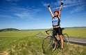 Praticar exercícios físicos em lugares abertos pode ser mais saudável e eficiente do que praticá-los entre quatro paredes. Um estudo realizado na Universidade de Glasgow com mais de 2 mil pessoas apontou que correr, andar de bicicleta e caminhar em áreas verdes diminui consideravelmente os níveis de estresse, tensão e depressão. De acordo com o Huffignton Post, apenas 5 minutos de exercícios junto à natureza podem melhorar o humor e a autoestima. Conheça ainda outros benefícios proporcionados pelos exercícios ao ar livre